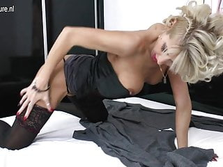 Download video bokep HOT Mature pierced MOM takes huge black dildo Mp4 terbaru