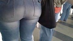 Gravando deliciosa e linda bunda grande jeans justo no metro