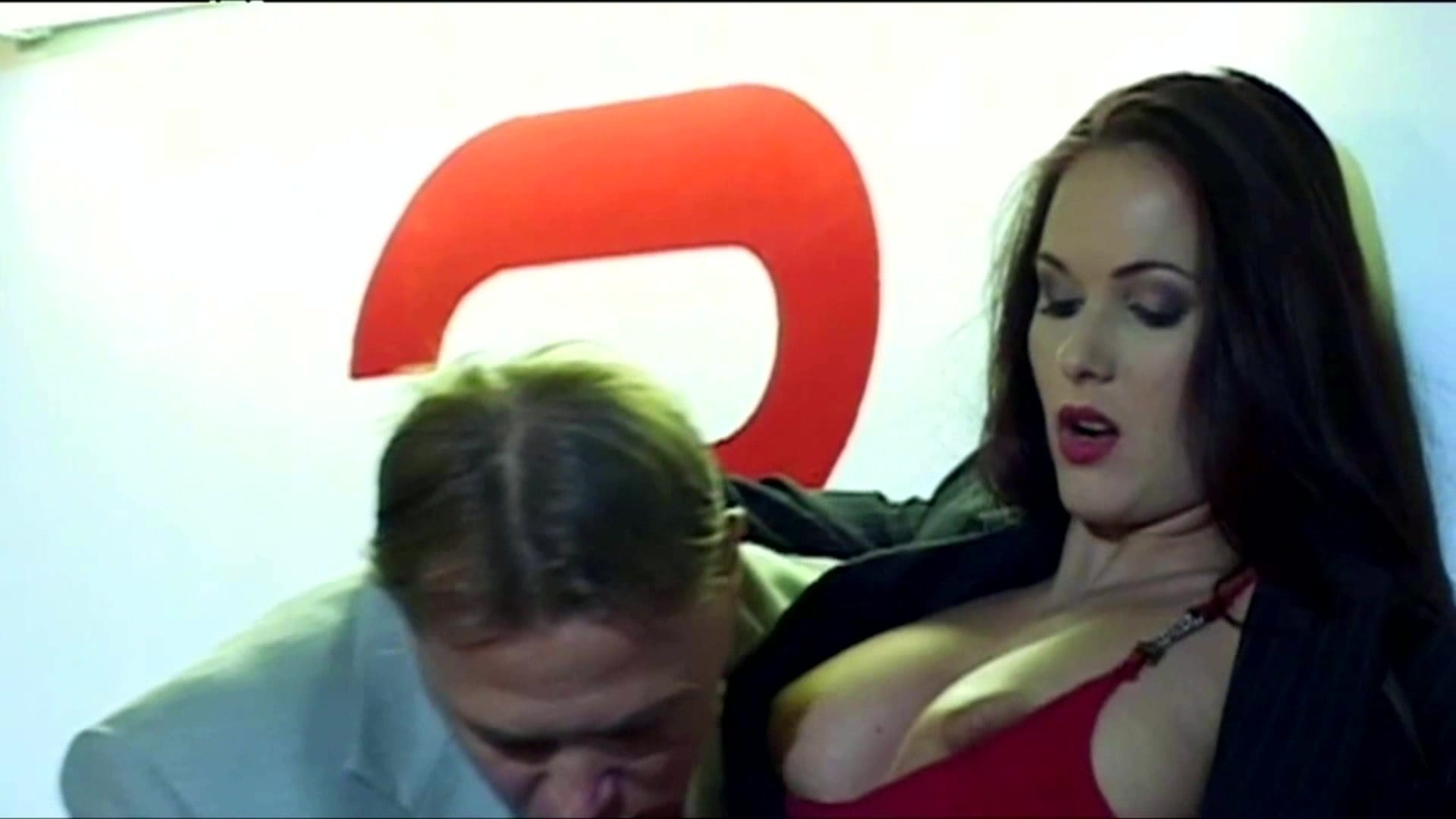 地下駐車場でスリルを味わうVanessaちゃん、くぅぅぅ堪らんです!! Vanessa Parking