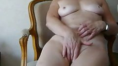Granny fingers herself to good cum