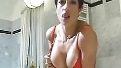 Shorthaired mature with good boobs sucking in the bath