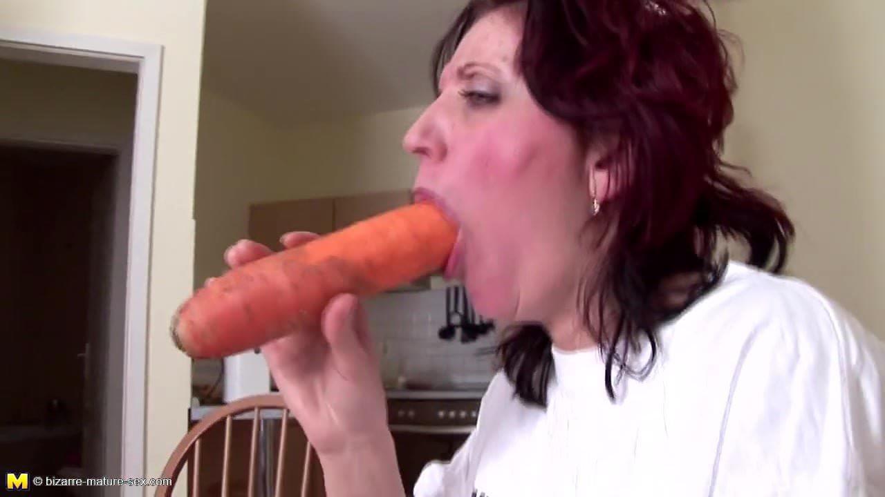 Mature cocksucking slut gets a pee wash