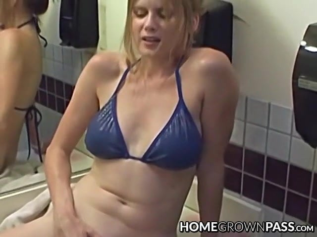 Good looking amateur babe fingers herself before giving head
