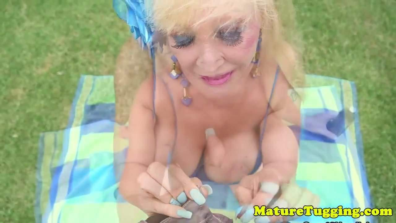Massivetits mature tugging cock outdoors