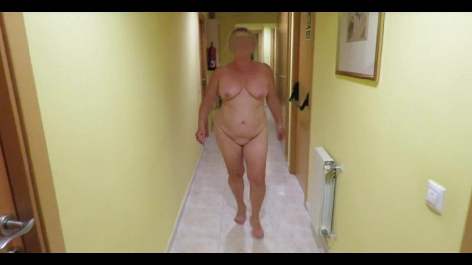 La bourgeoise et la truie a poil dans le couloir de l'hotel