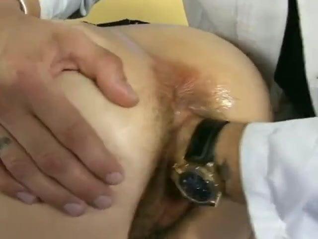 Порно фистинг с доктором, парень дрочит киску фото