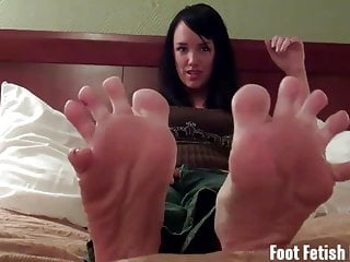 Suck on Mandy Taylors toes and feet