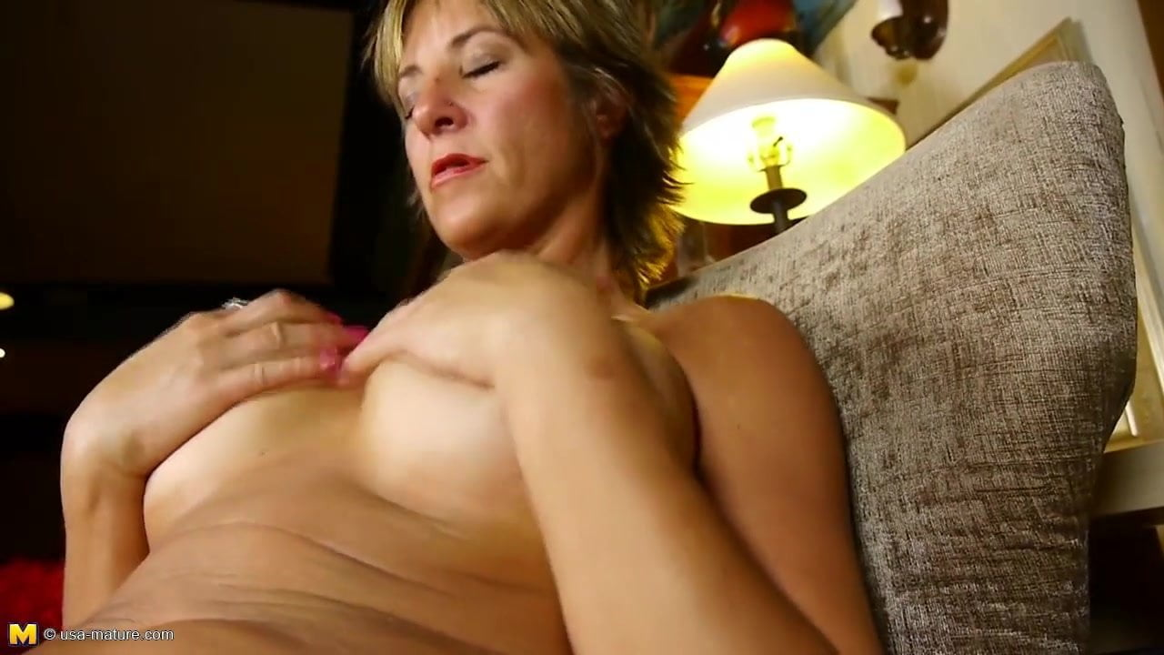 Mature gorgeous mother with hungry old cunt