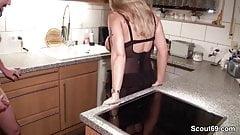Stief-Sohn erwischt Mutter beim Wichsen und fickt sie