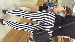 Una madura culona en leggings de zebra