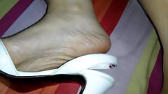 Brincando e exibindo meus pezinhos Sandalia Branca na cama