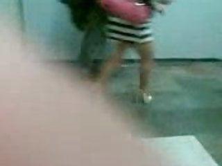 Madurita de ricas piernas con minifalda en el metro