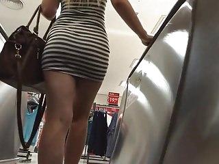 Loirinha gostosa com um vestido coladinho