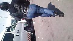 Madurita en jeans ajustados
