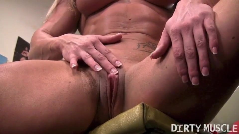 Зрелая мастурбация огромного клитора