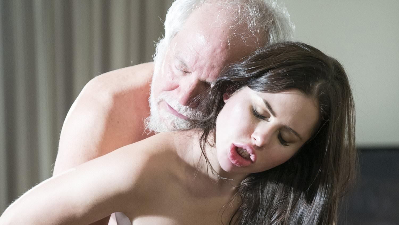 Фото брюнетка отдается старику, какую девушку я хочу встретить самые большие груди
