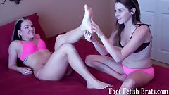 Jasmin cant resist worshiping Simonas sexy feet