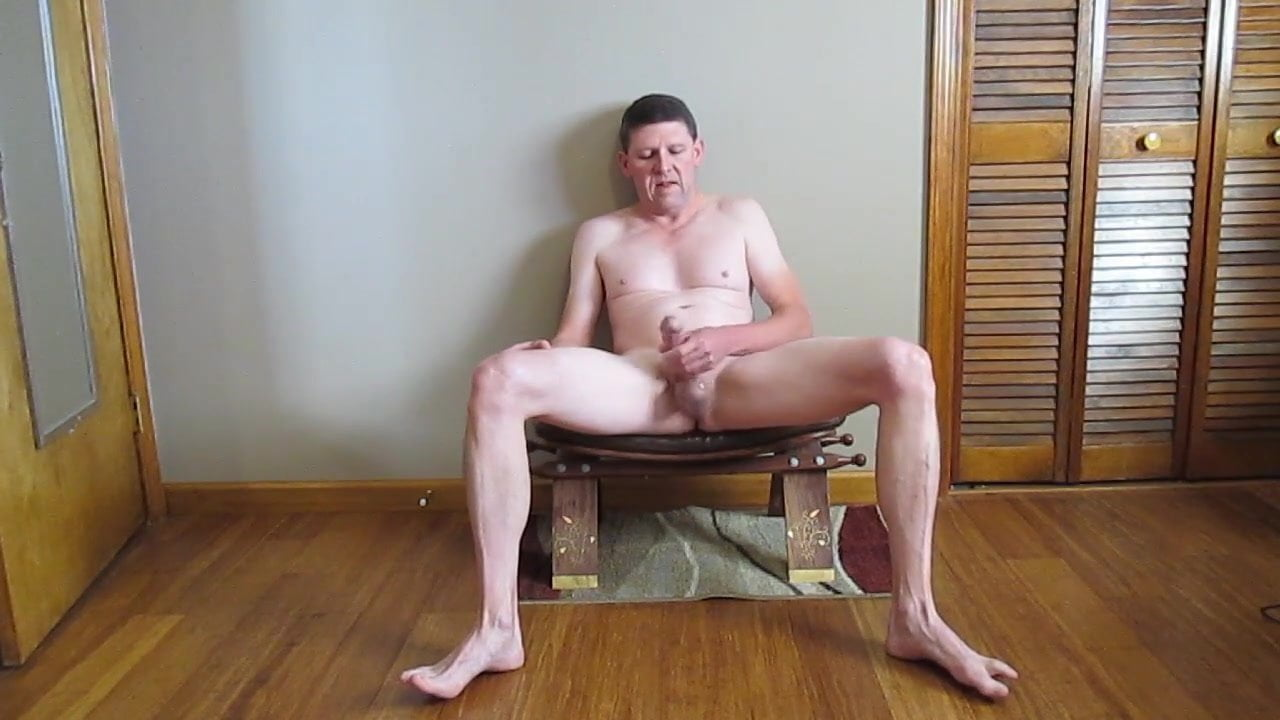 Стоячий сосок пацаны дрочат сидя на диване порно
