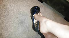 Minha irma mais nova exibe Peep Toe Alto meu marido deu
