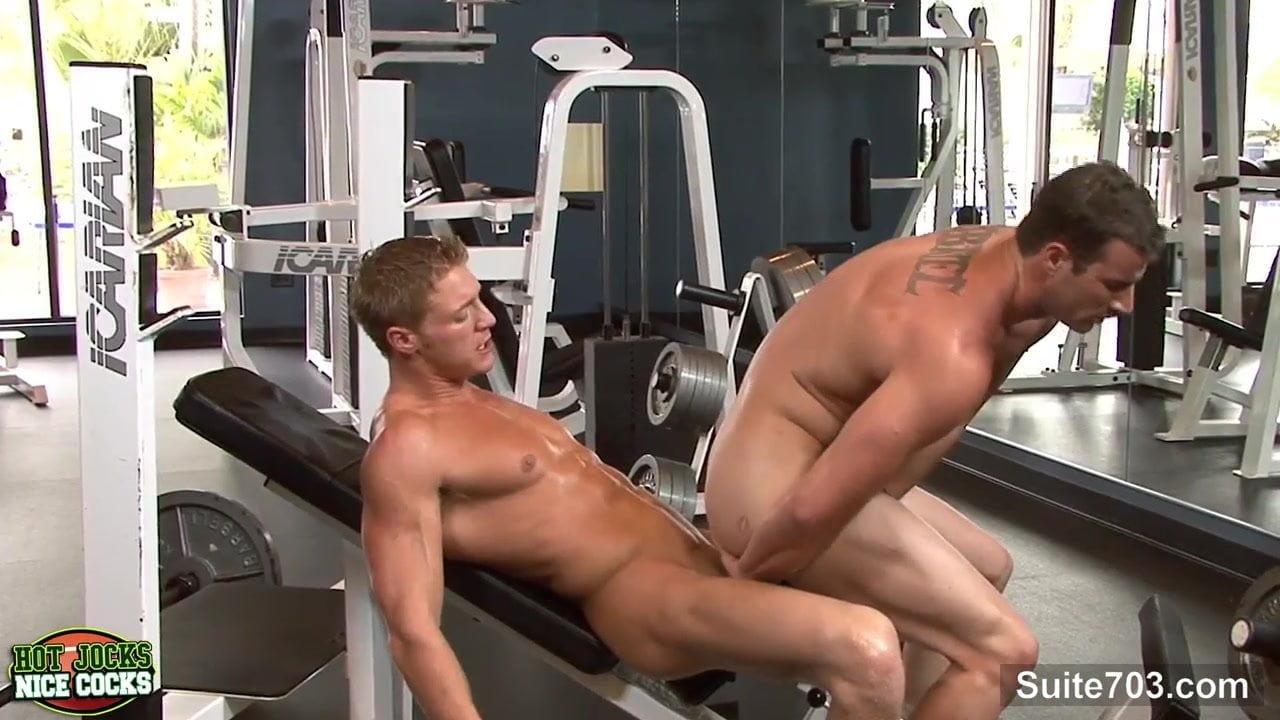 порно дрочит парню в спортзале