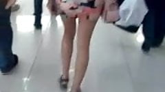 culito exquisito de nina en minifalda y tanga