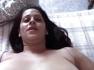 Madrasta mete enquanto fala com marido no celular