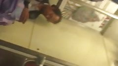 Culona abordando metro