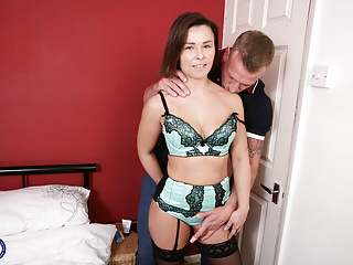 Download video bokep UK mom Jamie Ray gets rough sex from strong son Mp4 terbaru
