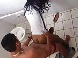 Novinha flagrada metendo no banheiro da escola