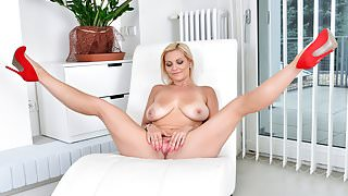 Mature fuck hole gets nice and wet