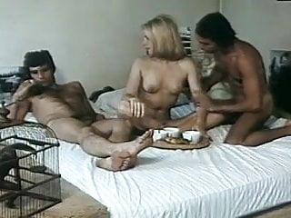 Femmes a hommes 1976 (Threesome mfm scene)