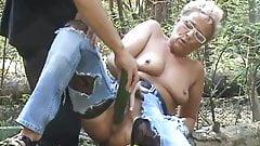 Deutsche MILF bekommt im Wald eine Gurke in die Fotze!