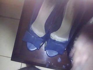 Gozando nos sapatos da mae do amigo