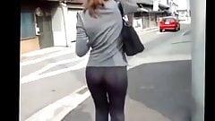 Une minette en pantalon collant dans la rue