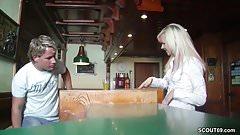 Geile Teeny Kellnerin nach Feierabend direkt gefickt