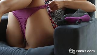 Horny Yanks Girl Lina Rubs And Toys Her Cunt