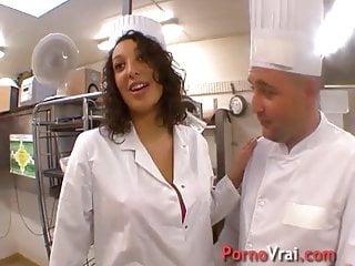 La serveuse beurette baise avec le chef dans son resto !!! F