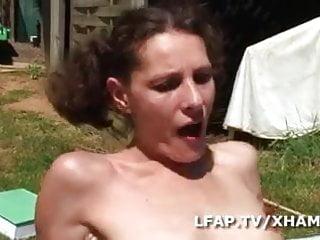 Cochonne francaise se fait demonter le cul sur l herbe