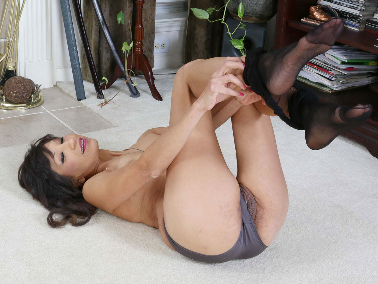American milf sahara dildos her luscious labia