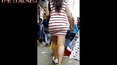 culona caminando con minifalda blanca