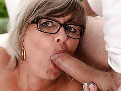 Mom enjoys gettig fucked by big dick
