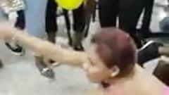 mujeres bailando funk brasileno en fiesta