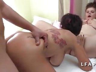 FFM Une mere aux gros seins apprend le sex a une jeune bbw