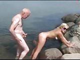 Onkel Gerd dreht seinen Junghuren die Schraube rein......