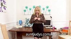 Amanda Degas fingers her chubby wet snatch