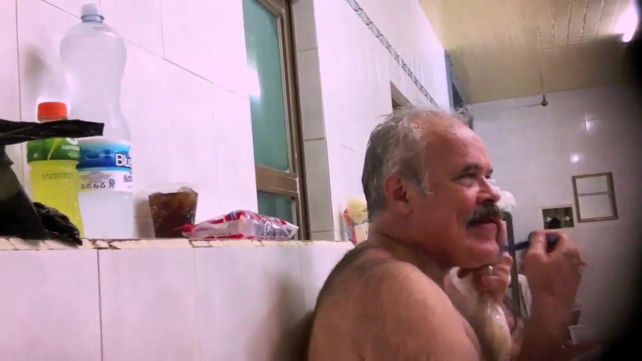 Bear Gay Maduros daddy shaving in bath house
