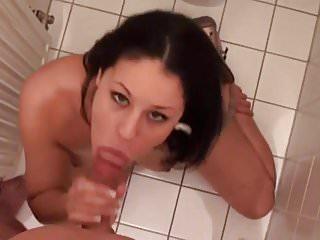 18-jaehrige Julia auf dem Klo durchgebumst!