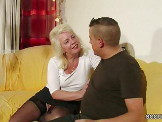 Download video bokep Tante Claudi hilft ihm beim ersten Fick mit ihrer Pussy Mp4 terbaru