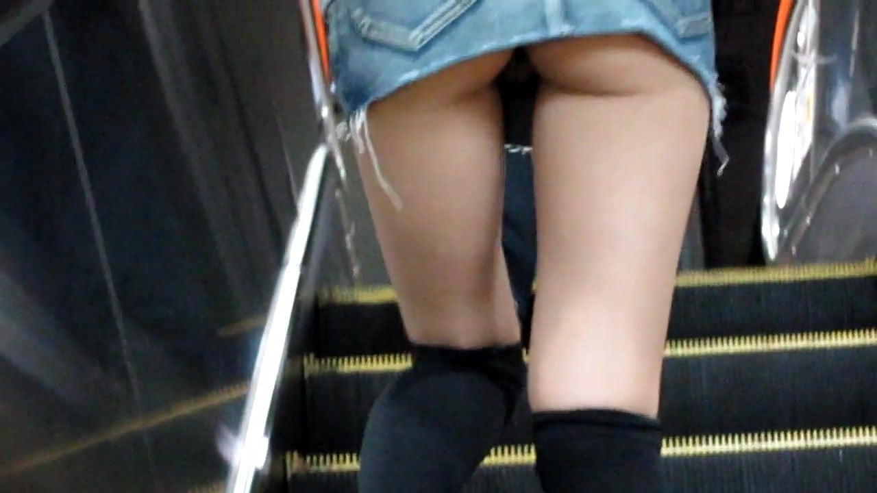 Amazingly! upskirt no panties skirt