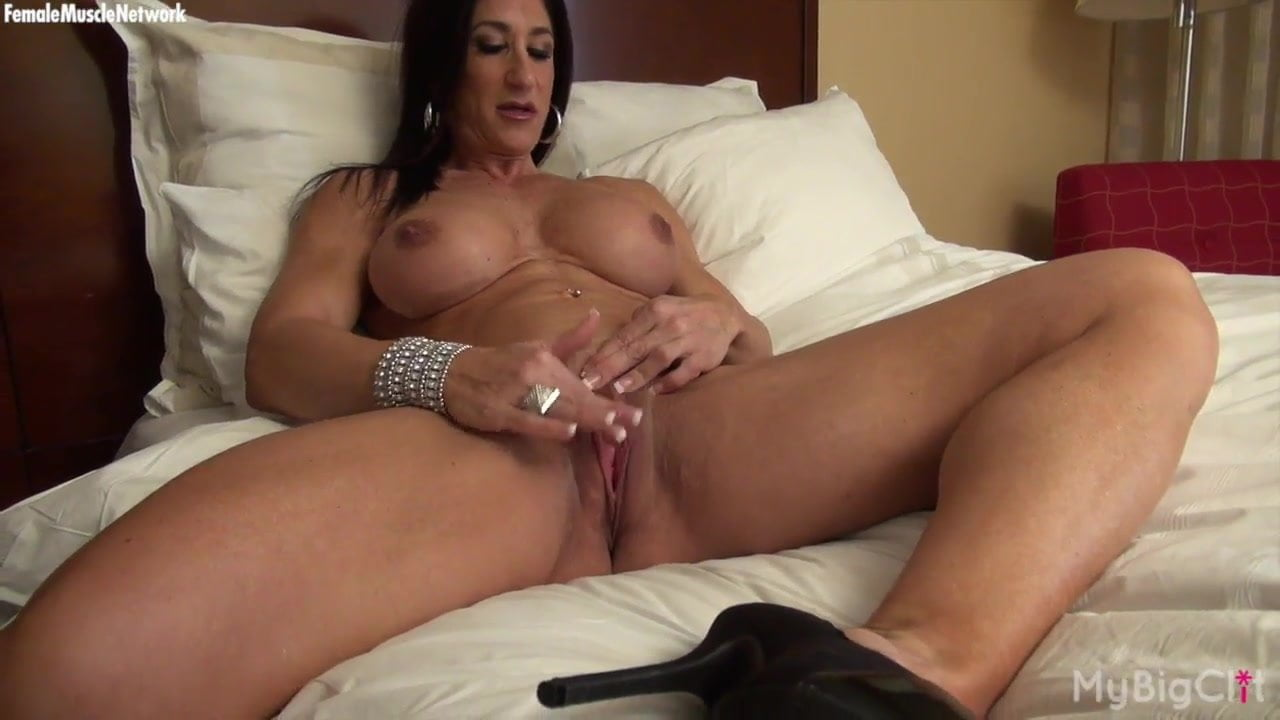 masterbating Nude female bodybuilder